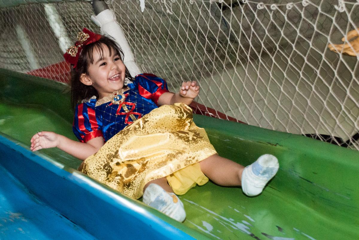escorregador divertido no Buffet Fábrica da Alegria aniversário de Sophia 4 anos tema da festa Princesas