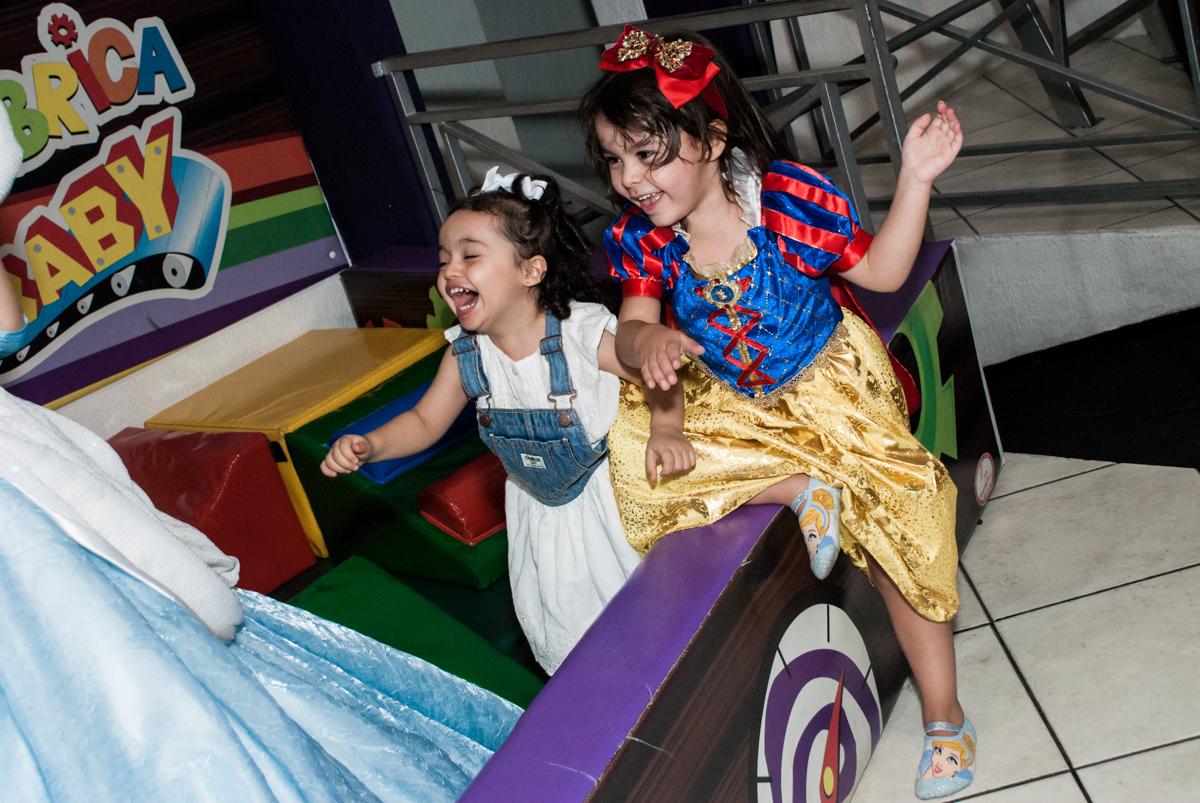 diversão com a prima no Buffet Fábrica da Alegria aniversário de Sophia 4 anos tema da festa Princesas