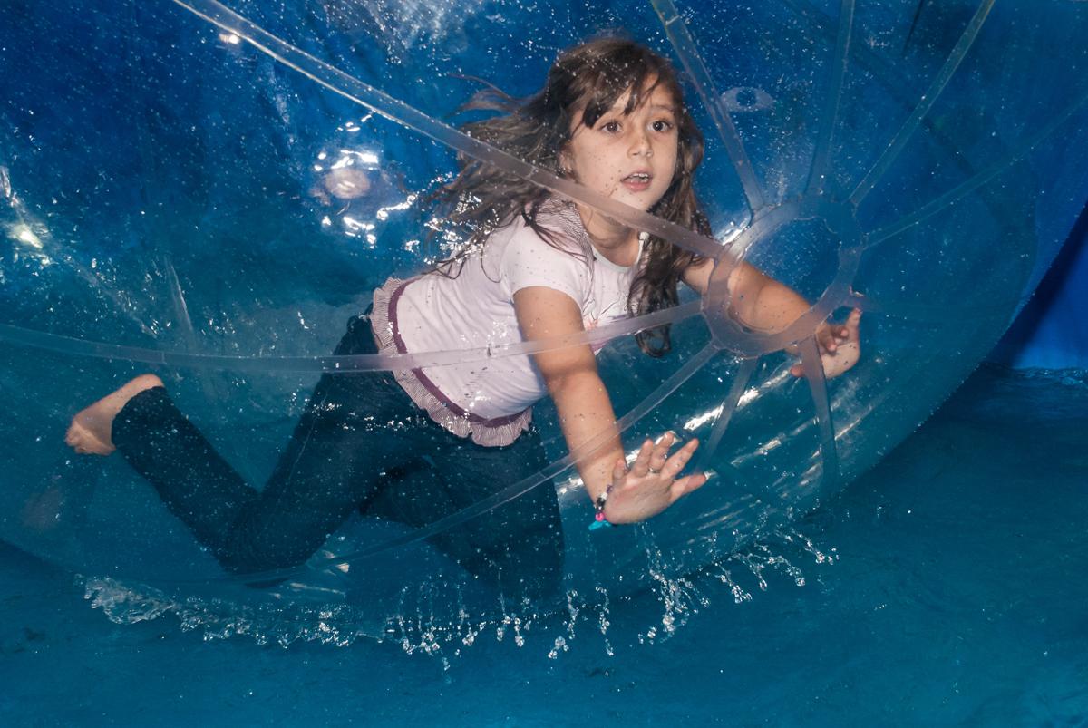 brincando na bola aqua play no Buffet Fábrica da Alegria aniversário de Sophia 4 anos tema da festa Princesas