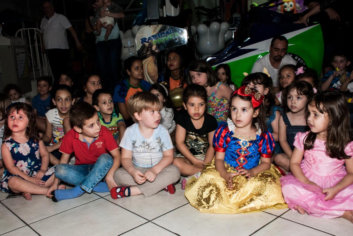 se preparando para o show no Buffet Fábrica da Alegria aniversário de Sophia 4 anos tema da festa Princesas