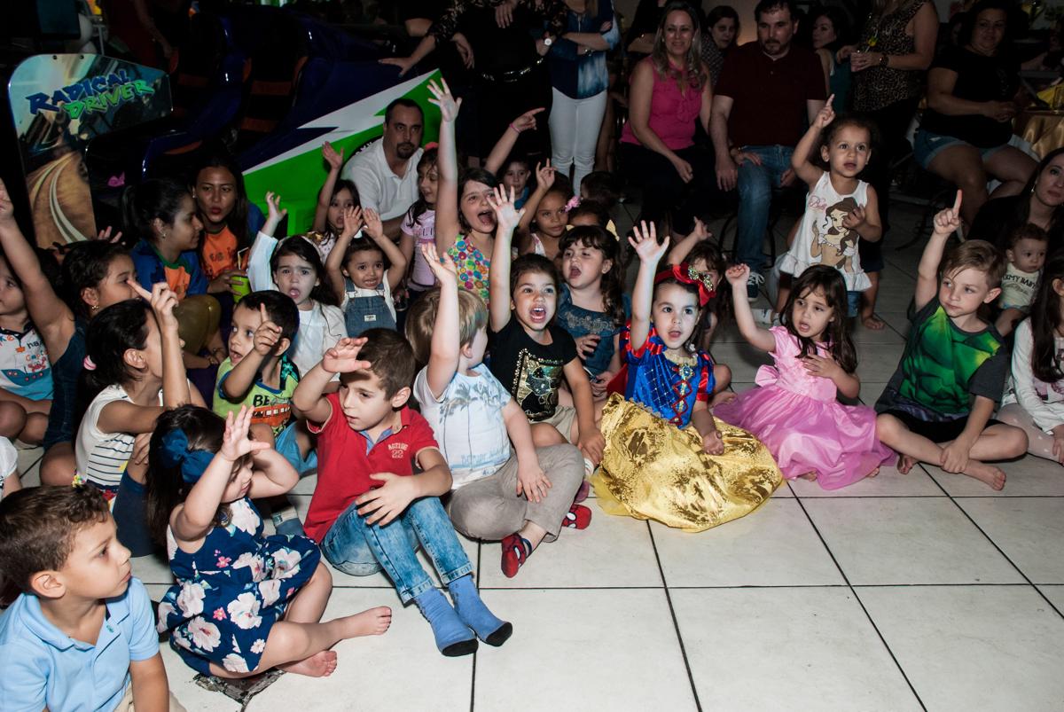 amigos assistem ao show no Buffet Fábrica da Alegria aniversário de Sophia 4 anos tema da festa Princesas