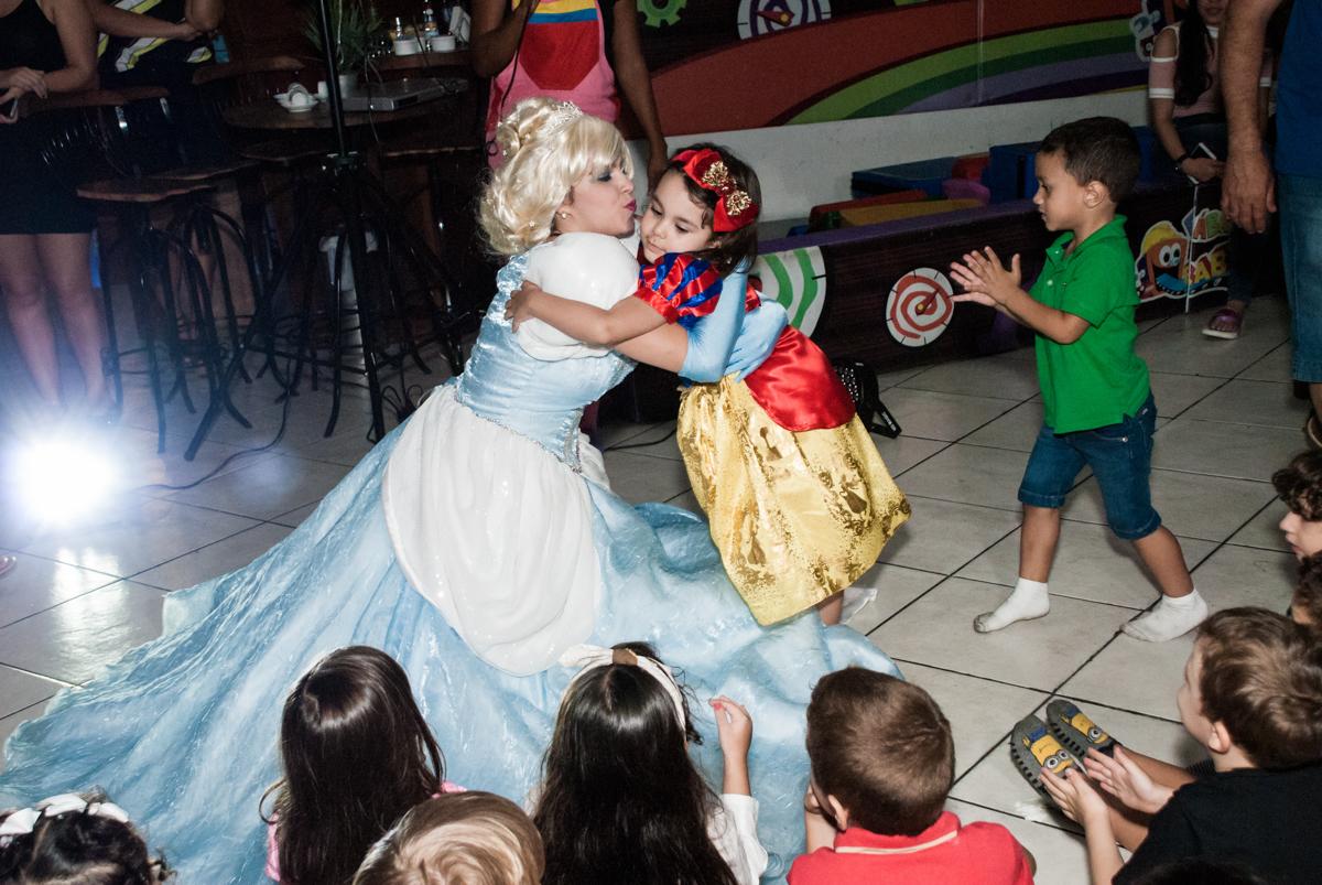 abraço da cinderela no Buffet Fábrica da Alegria aniversário de Sophia 4 anos tema da festa Princesas
