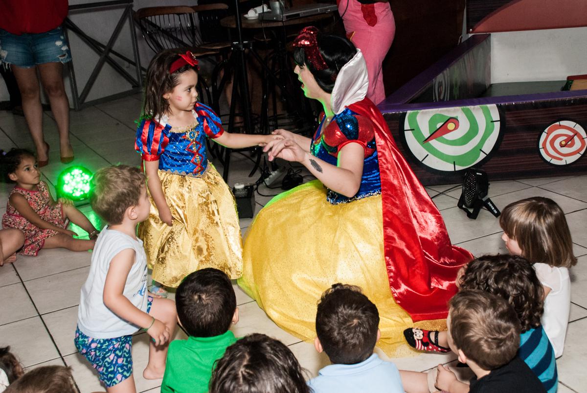 diversão com a branca de neve no Buffet Fábrica da Alegria aniversário de Sophia 4 anos tema da festa Princesas