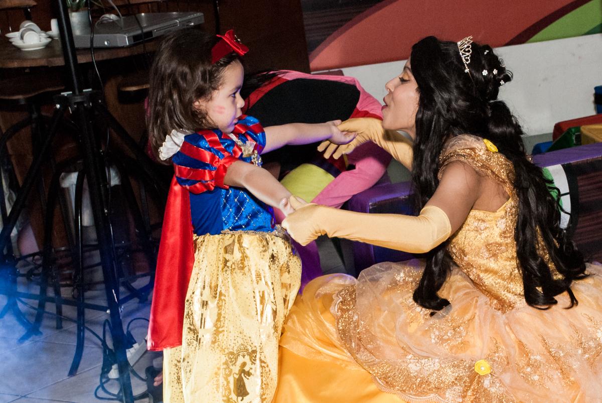 show muito animado no Buffet Fábrica da Alegria aniversário de Sophia 4 anos tema da festa Princesas