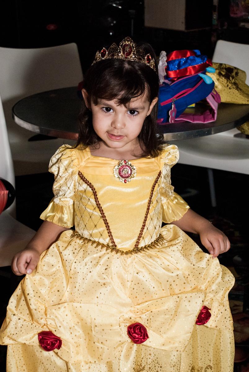 verstida de bela para o parabéns no Buffet Fábrica da Alegria aniversário de Sophia 4 anos tema da festa Princesas