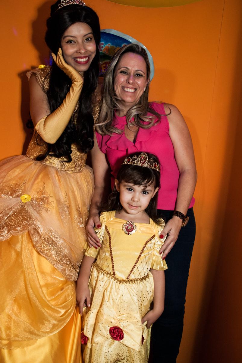 saindo da máquina do parabéns no Buffet Fábrica da Alegria aniversário de Sophia 4 anos tema da festa Princesas