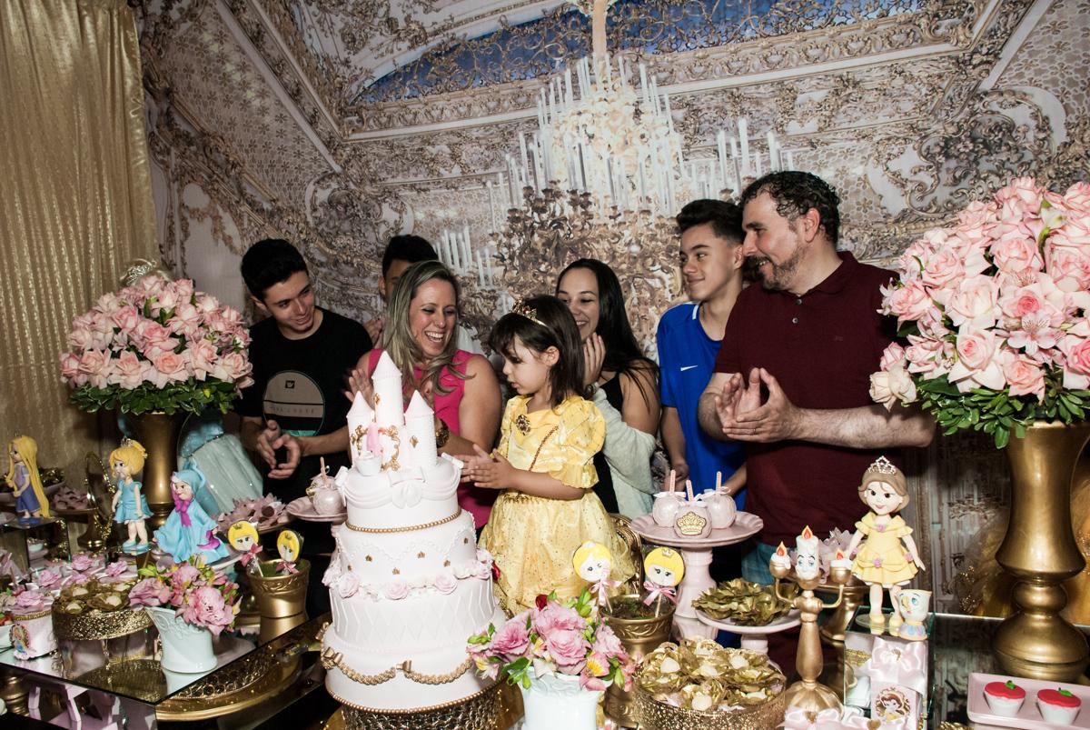 hora de cantar o parabéns no Buffet Fábrica da Alegria aniversário de Sophia 4 anos tema da festa Princesas