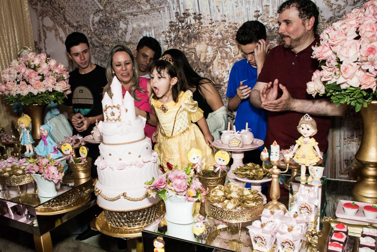 soprando a vela do bolo no Buffet Fábrica da Alegria aniversário de Sophia 4 anos tema da festa Princesas