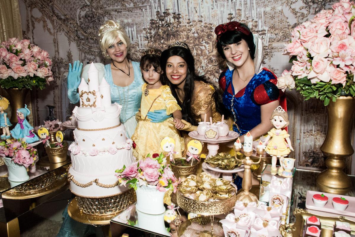 feliz ao lado das princesas no Buffet Fábrica da Alegria aniversário de Sophia 4 anos tema da festa Princesas