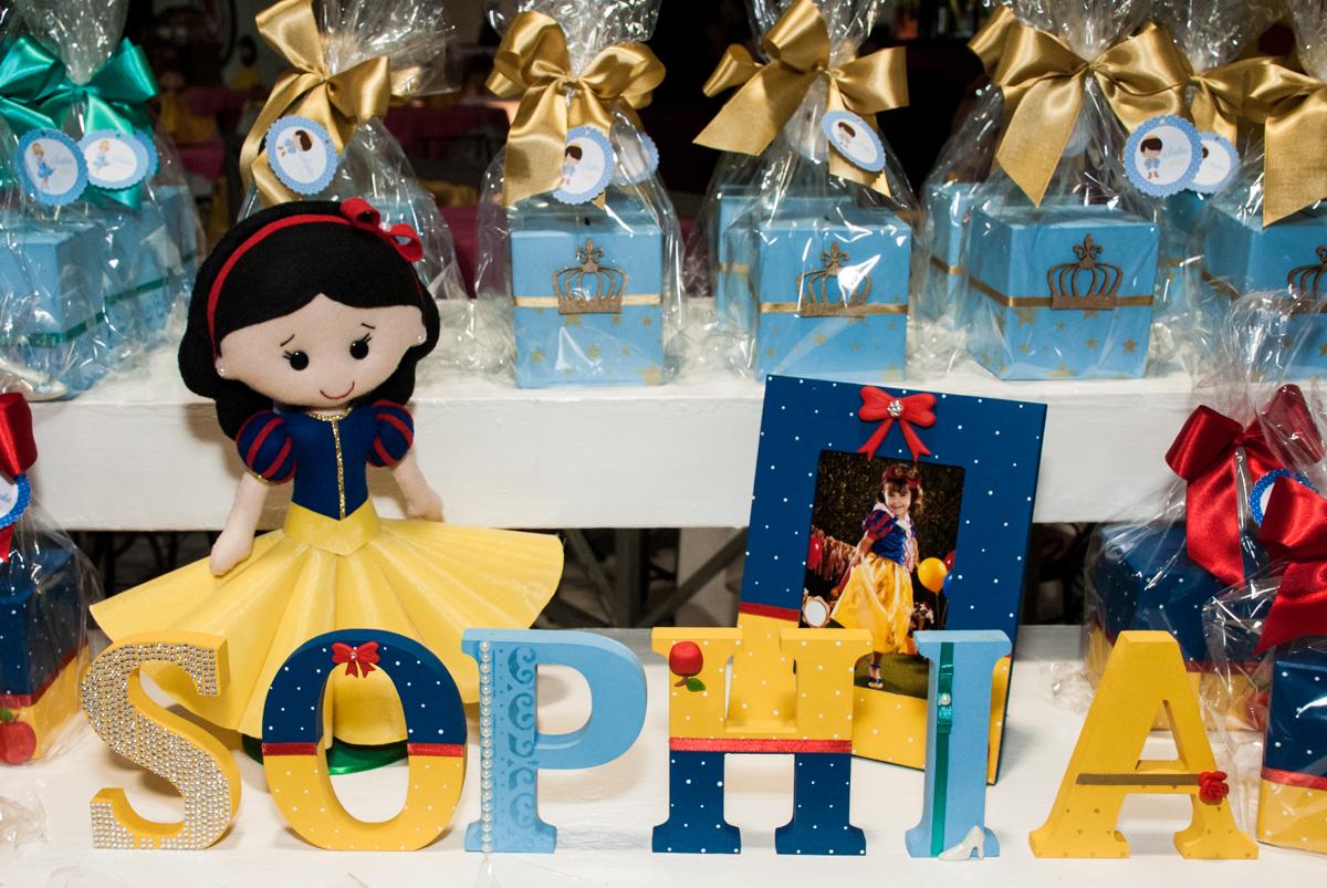 detalhes da mesa temática no Buffet Fábrica da Alegria aniversário de Sophia 4 anos tema da festa Princesas