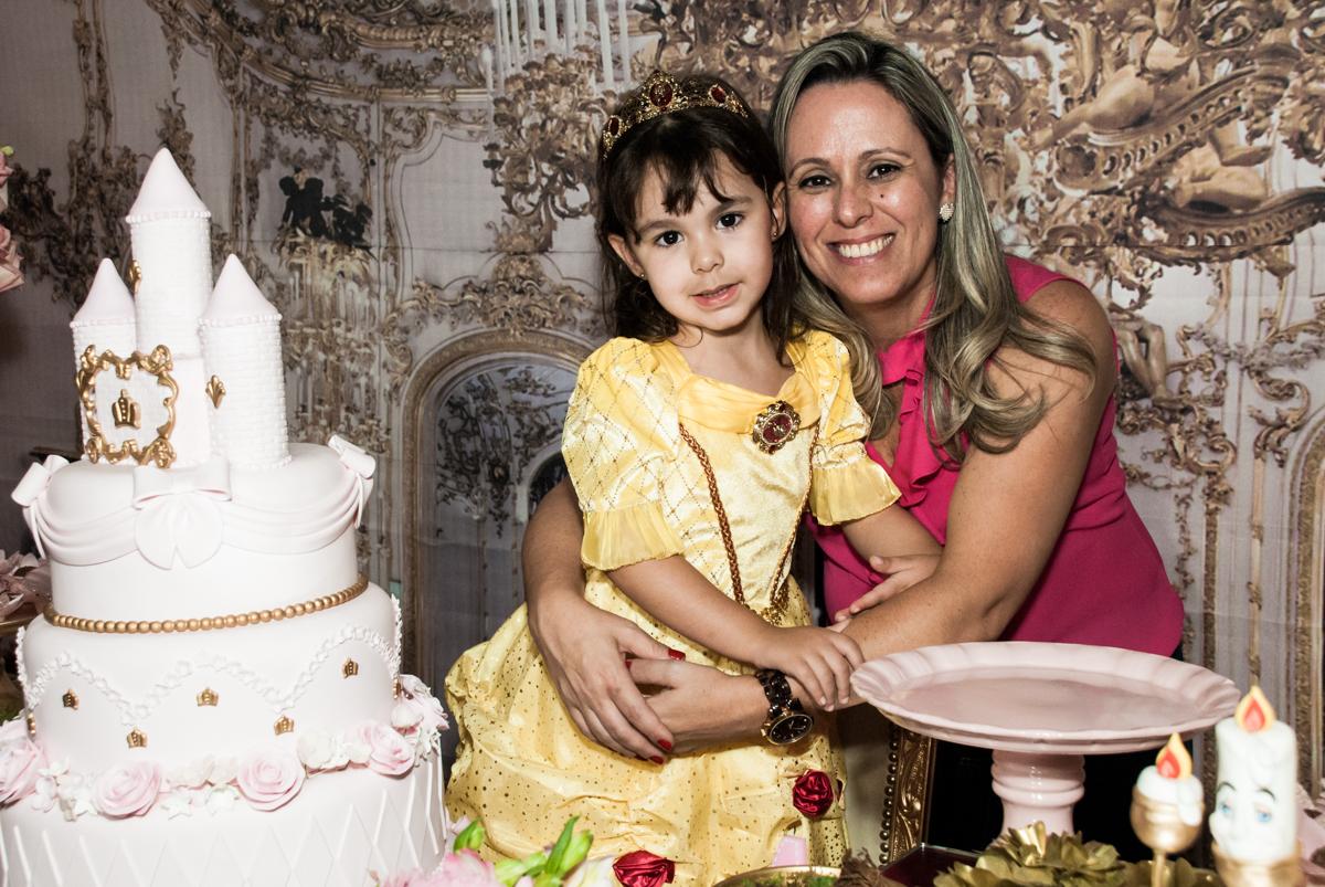 foto com a mamãe no Buffet Fábrica da Alegria aniversário de Sophia 4 anos tema da festa Princesas