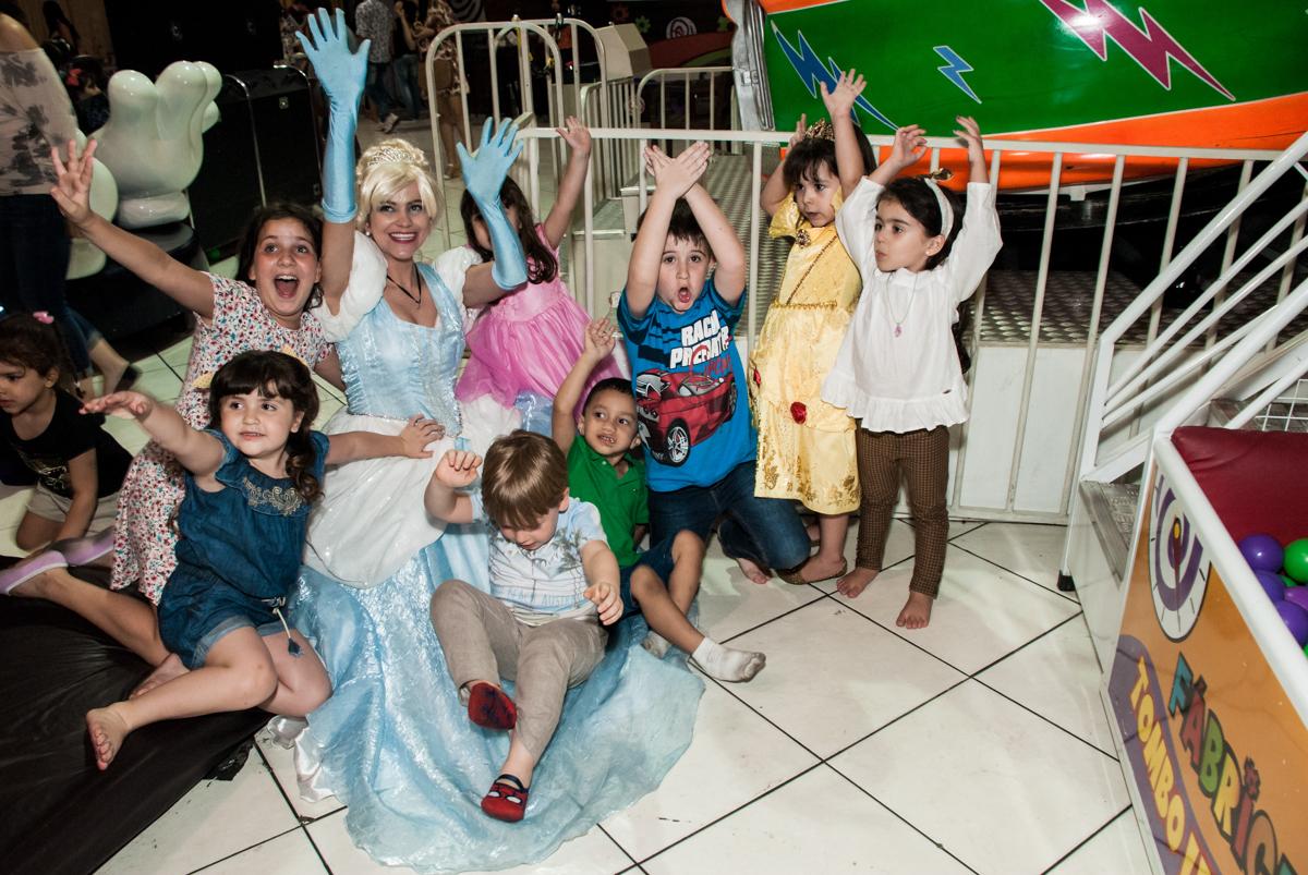 as princesas se despedem no Buffet Fábrica da Alegria aniversário de Sophia 4 anos tema da festa Princesas