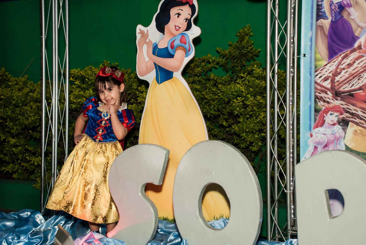 fotografia da aniversariante com a princesa branca de neve no Buffet Fábrica da Alegria aniversário de Sophia 4 anos tema da festa Princesas