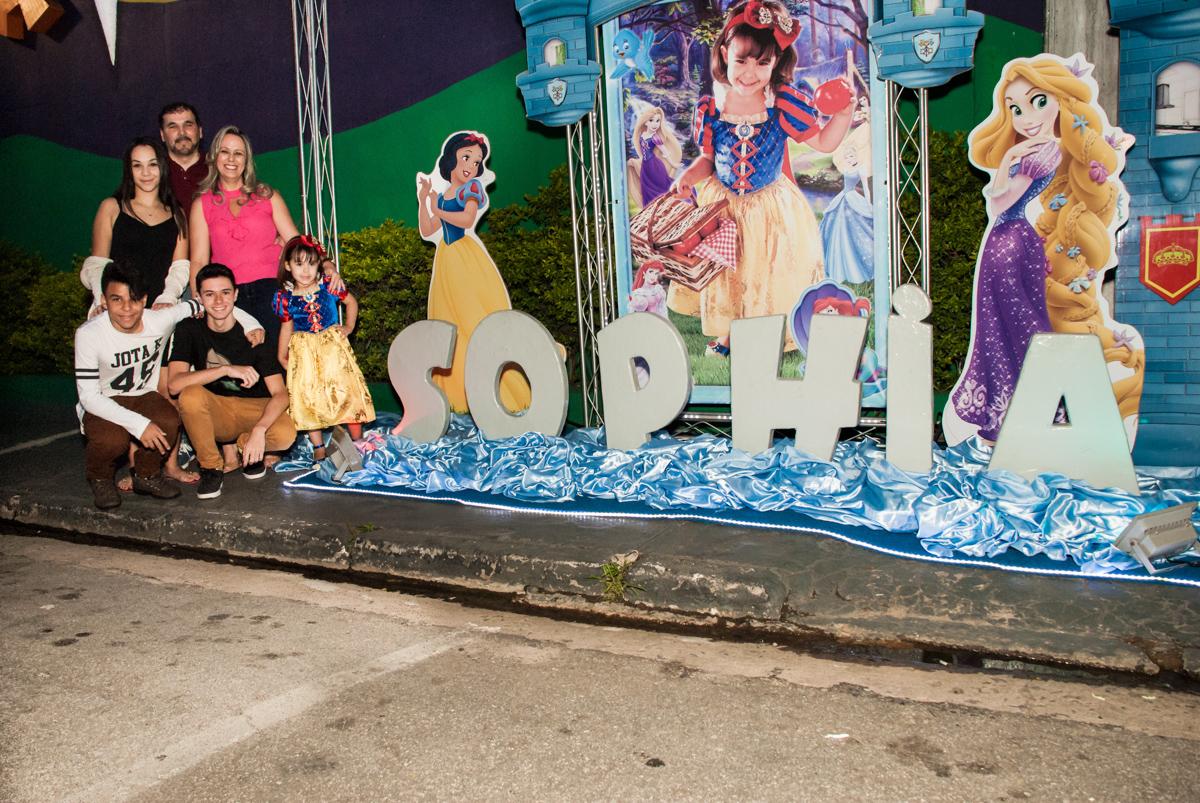foto feita na entrada de cinema no Buffet Fábrica da Alegria aniversário de Sophia 4 anos tema da festa Princesas