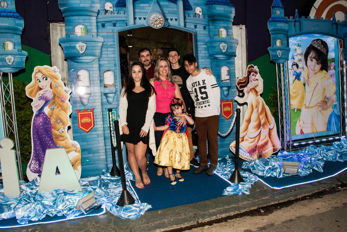 família posa para a foto no castelo no Buffet Fábrica da Alegria aniversário de Sophia 4 anos tema da festa Princesas