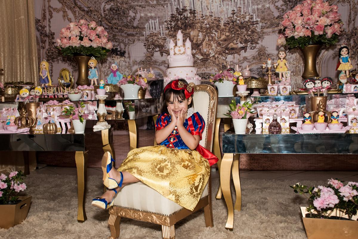 pose de princesa para a foto no Buffet Fábrica da Alegria aniversário de Sophia 4 anos tema da festa Princesas
