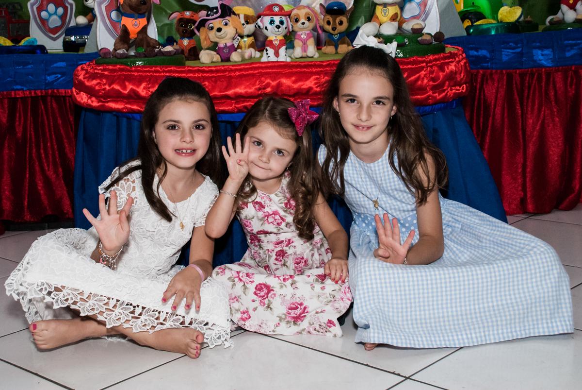 irmãs felizes no Buffet Fábrica da Alegria Morumbi, São Paulo, aniversário de Isabela 4 anos, tema da festa Patrulha Canina