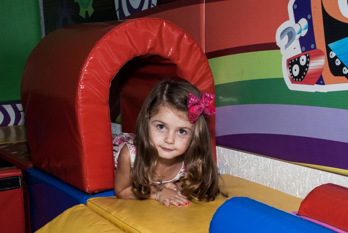 passando pelo túnel no Buffet Fábrica da Alegria Morumbi, São Paulo, aniversário de Isabela 4 anos, tema da festa Patrulha Canina