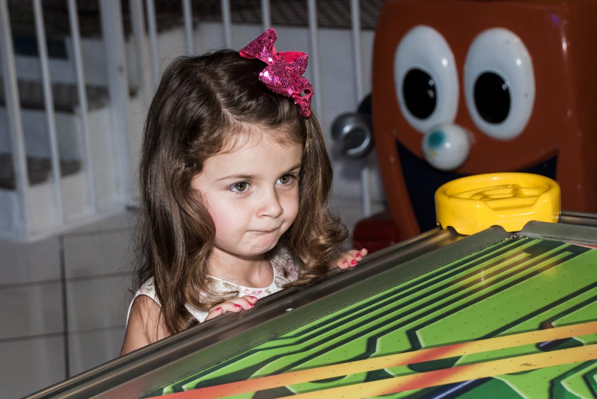 concentrado no jogo no Buffet Fábrica da Alegria Morumbi, São Paulo, aniversário de Isabela 4 anos, tema da festa Patrulha Canina