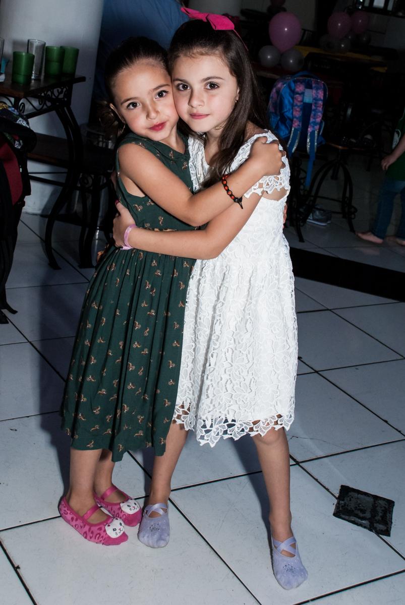 recebendo a amiga no Buffet Fábrica da Alegria Morumbi, São Paulo, aniversário de Isabela 4 anos, tema da festa Patrulha Canina
