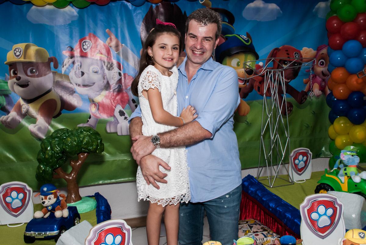 alegria com a filha no Buffet Fábrica da Alegria Morumbi, São Paulo, aniversário de Isabela 4 anos, tema da festa Patrulha Canina