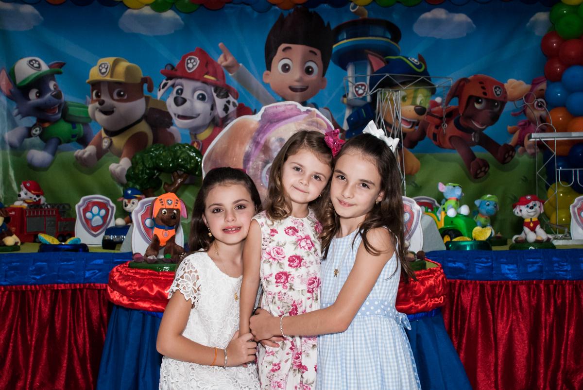 as irmãs felizes no Buffet Fábrica da Alegria Morumbi, São Paulo, aniversário de Isabela 4 anos, tema da festa Patrulha Canina
