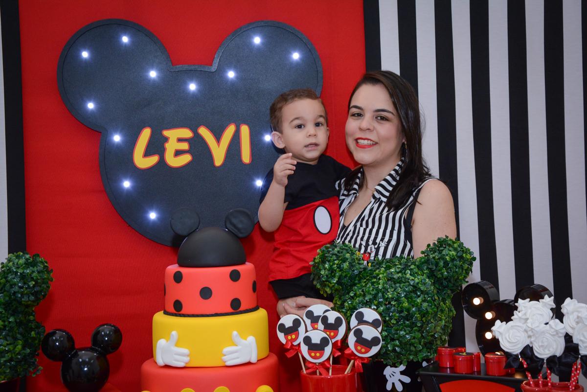 mãe e filho posam para a foto no Buffet Espaço Play, Osasco, São Paulo, aniversário Levi 2 anos, tema da festa Mickey