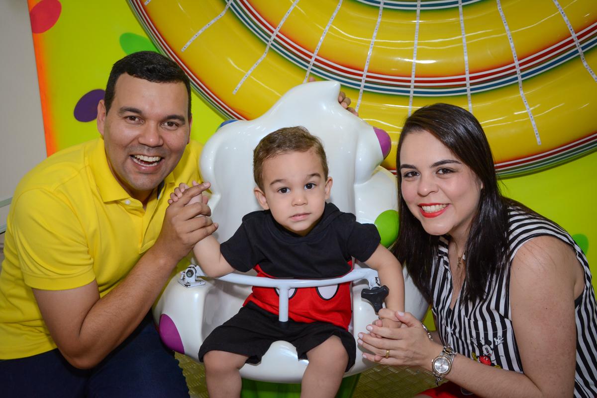 brincando no carrossel no Buffet Espaço Play, Osasco, São Paulo, aniversário Levi 2 anos, tema da festa Mickey