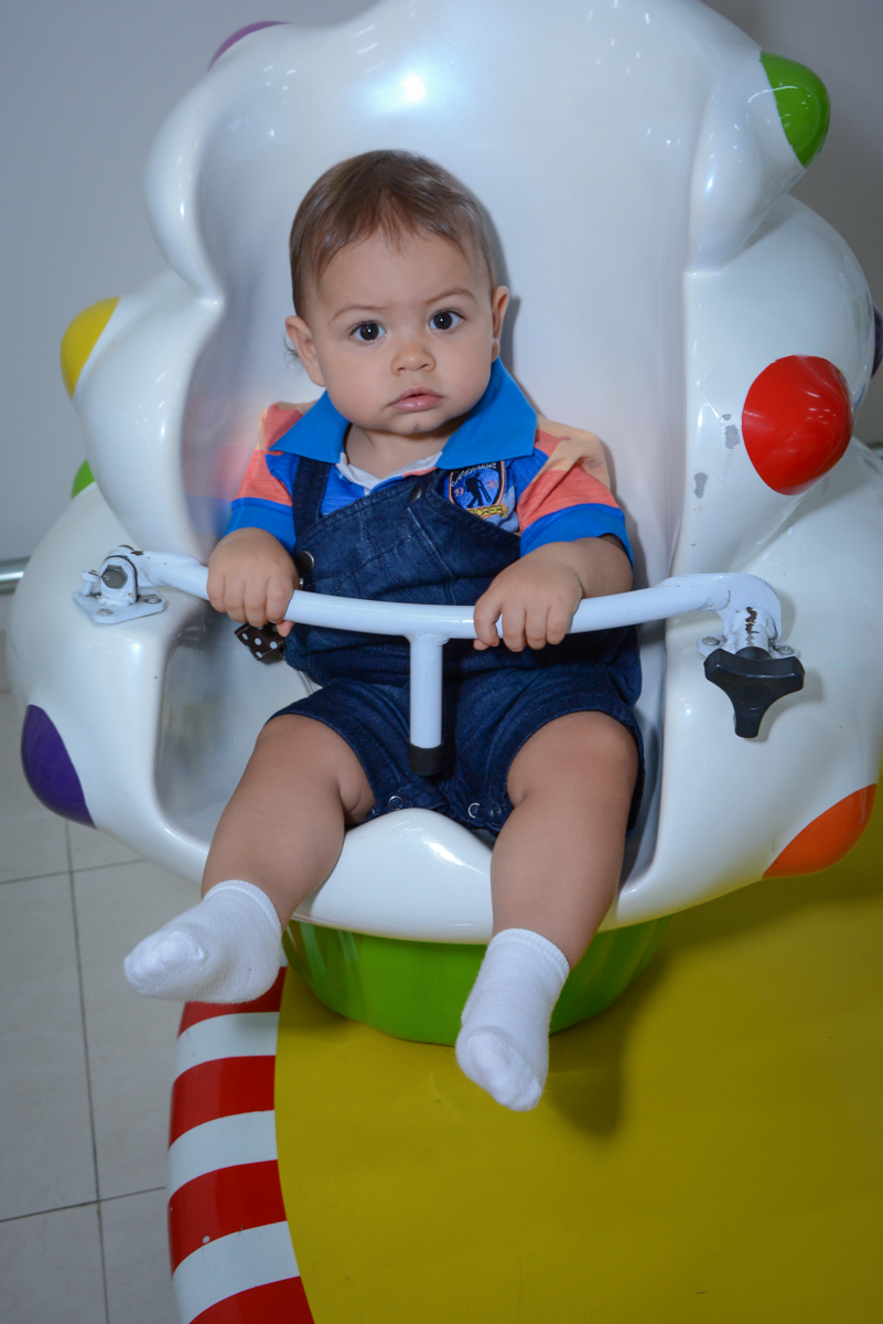 amigo brinca no carrosel no Buffet Espaço Play, Osasco, São Paulo, aniversário Levi 2 anos, tema da festa Mickey