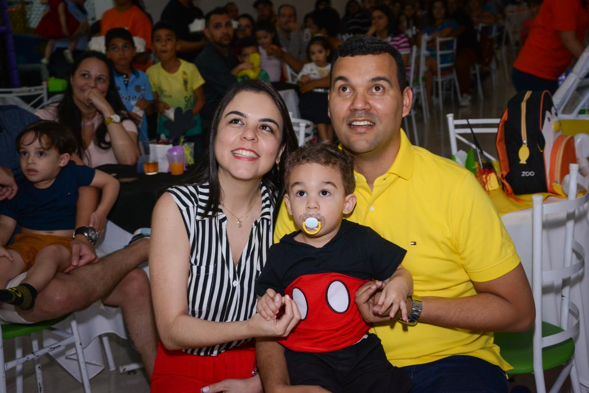 hora de assistir a retrospectiva no Buffet Espaço Play, Osasco, São Paulo, aniversário Levi 2 anos, tema da festa Mickey