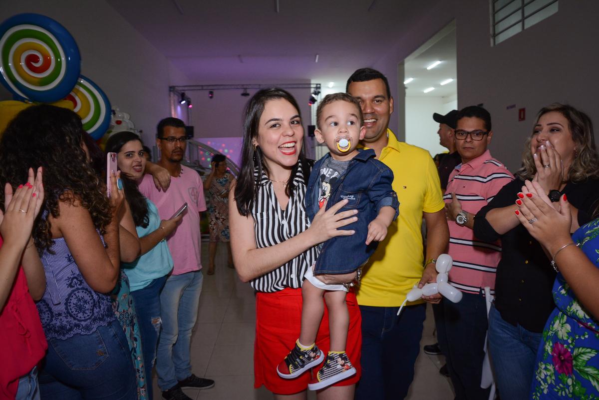 entrada para o parabéns no Buffet Espaço Play, Osasco, São Paulo, aniversário Levi 2 anos, tema da festa Mickey