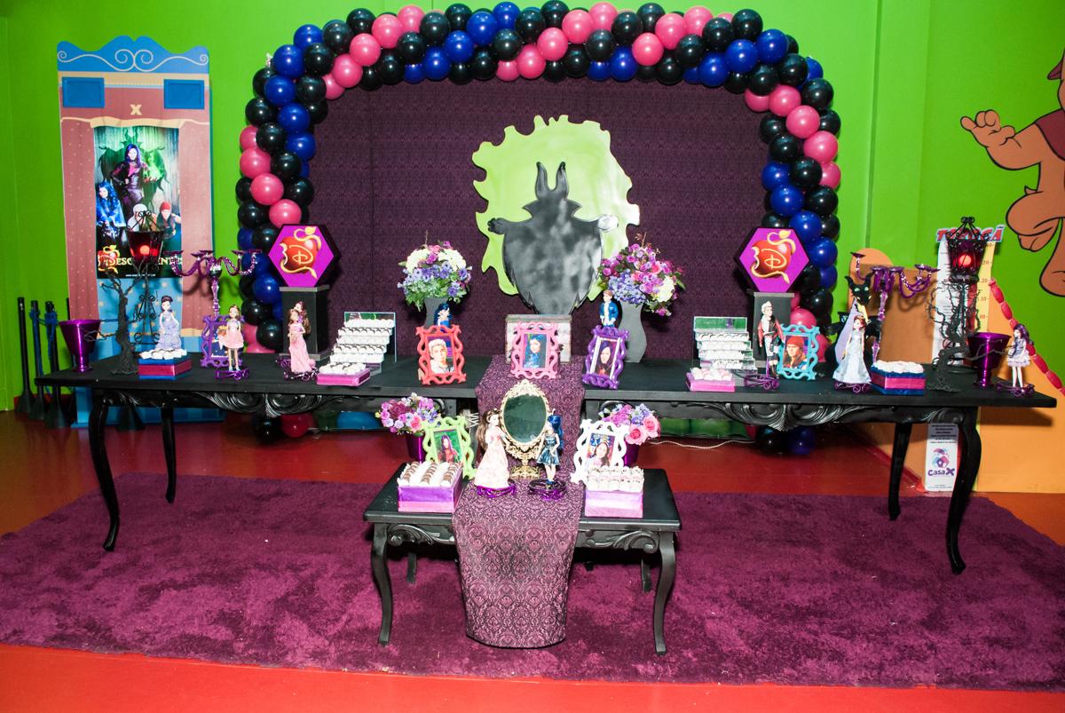 mesa temática no Buffet Casa X Vila Leopoldina, São Paulo, aniversário de Sophia 7 anos tema da festa Descendentes