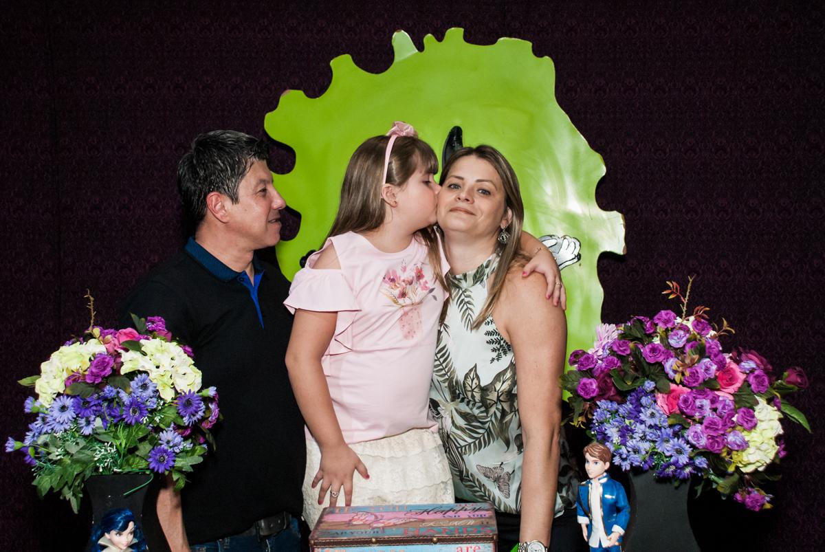 beijo carinhoso na mamãe no Buffet Casa X, Vila Leopoldina, aniversário de Sophia 7 anos, tema da festa Descendentes