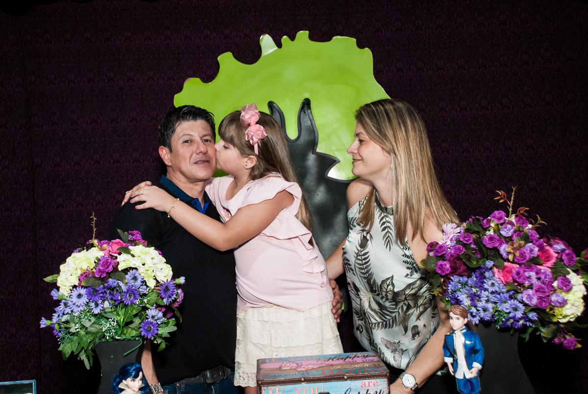 beijo no papai no Buffet Casa X, Vila Leopoldina, aniversário de Sophia 7 anos, tema da festa Descendentes