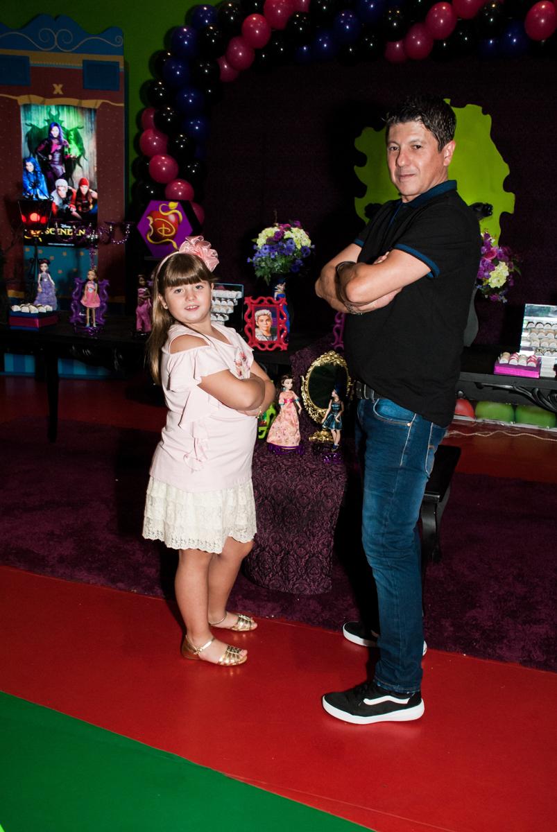 pai e filha posam como modelo no Buffet Casa X, Vila Leopoldina, aniversário de Sophia 7 anos, tema da festa Descendentes