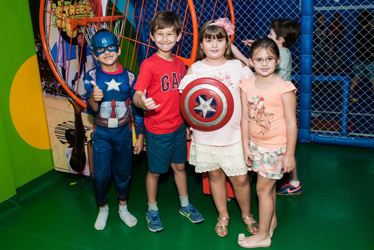 recebendo os amigos para sua festa no Buffet Casa X, Vila Leopoldina, aniversário de Sophia 7 anos, tema da festa Descendentes