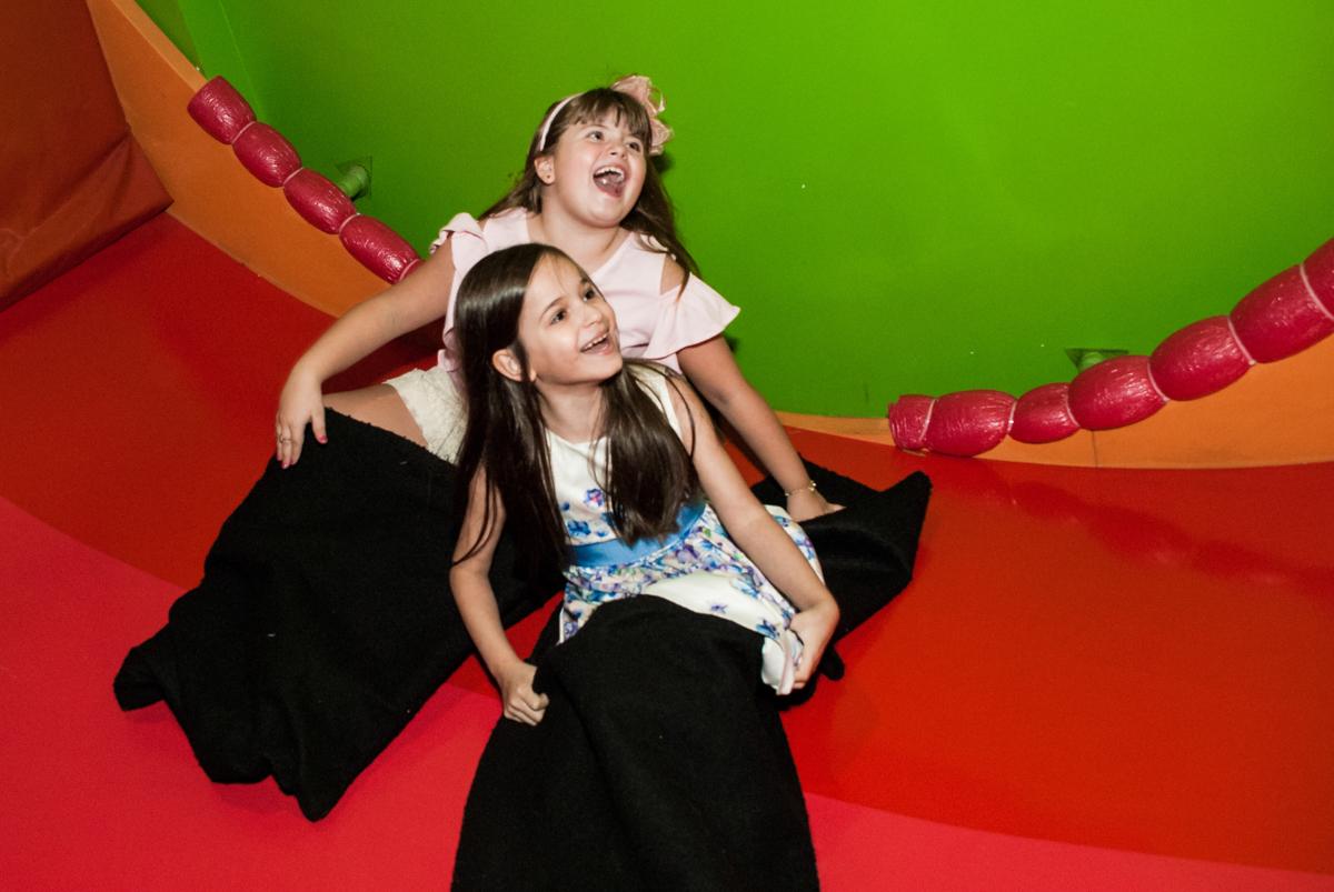descendo no tobogã no Buffet Casa X, Vila Leopoldina, aniversário de Sophia 7 anos, tema da festa Descendentes