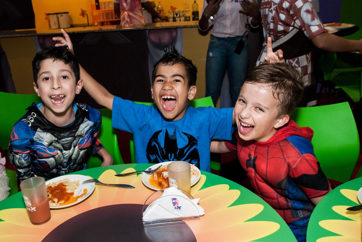 feliz na hora do almoço no Buffet Casa X, Vila Leopoldina, aniversário de Sophia 7 anos, tema da festa Descendentes
