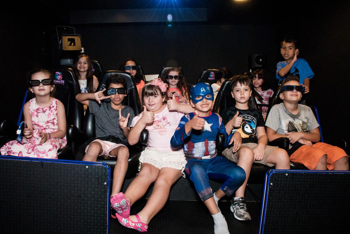 Os amigos assistem a filme 3D no Buffet Casa X, Vila Leopoldina, aniversário de Sophia 7 anos, tema da festa Descendentes