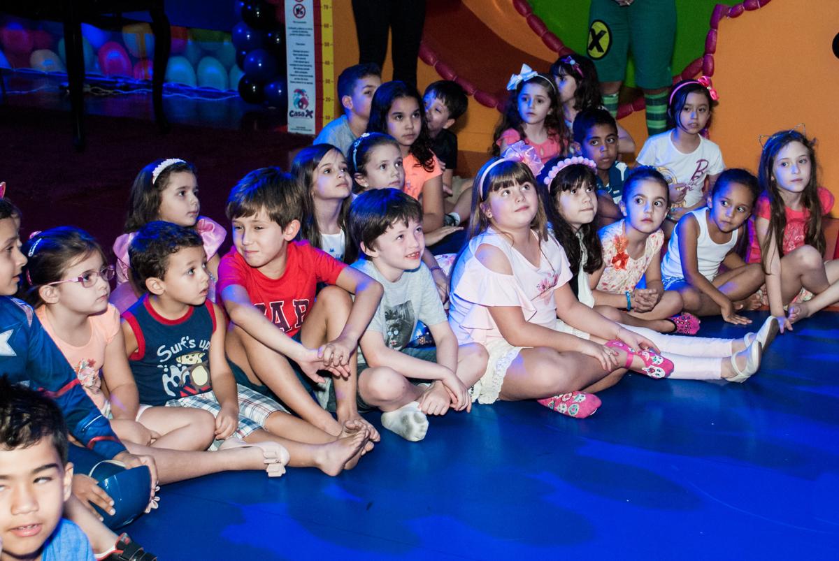 Os amigos assistem o show no Buffet Casa X, Vila Leopoldina, aniversário de Sophia 7 anos, tema da festa Descendentes