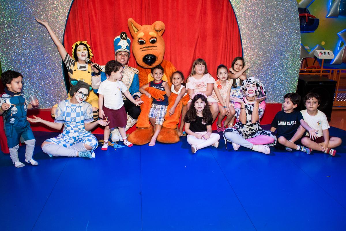 Os amigos posam para a foto com os personagens da xuxa no Buffet Casa X, Vila Leopoldina, aniversário de Sophia 7 anos, tema da festa Descendentes