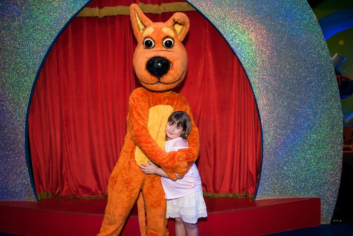 aniversariante brinca com o urso no Buffet Casa X, Vila Leopoldina, aniversário de Sophia 7 anos, tema da festa Descendentes