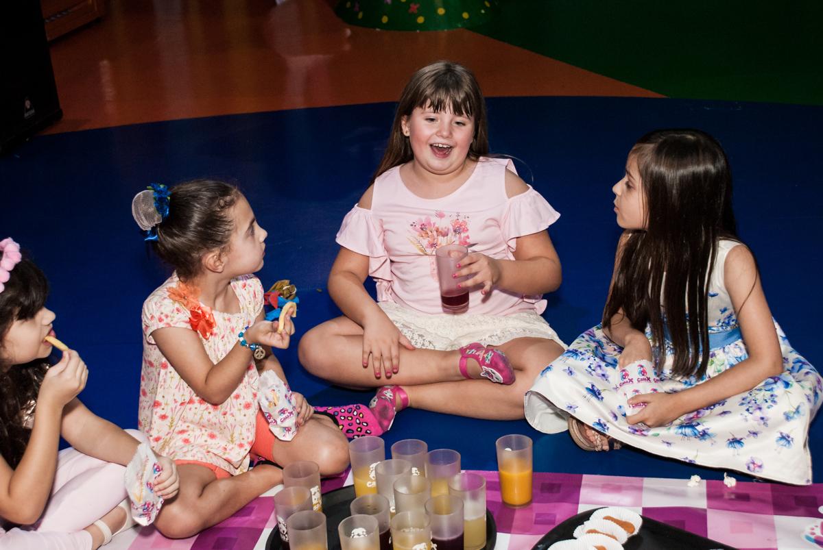 hora do lanche no Buffet Casa X, Vila Leopoldina, aniversário de Sophia 7 anos, tema da festa Descendentes