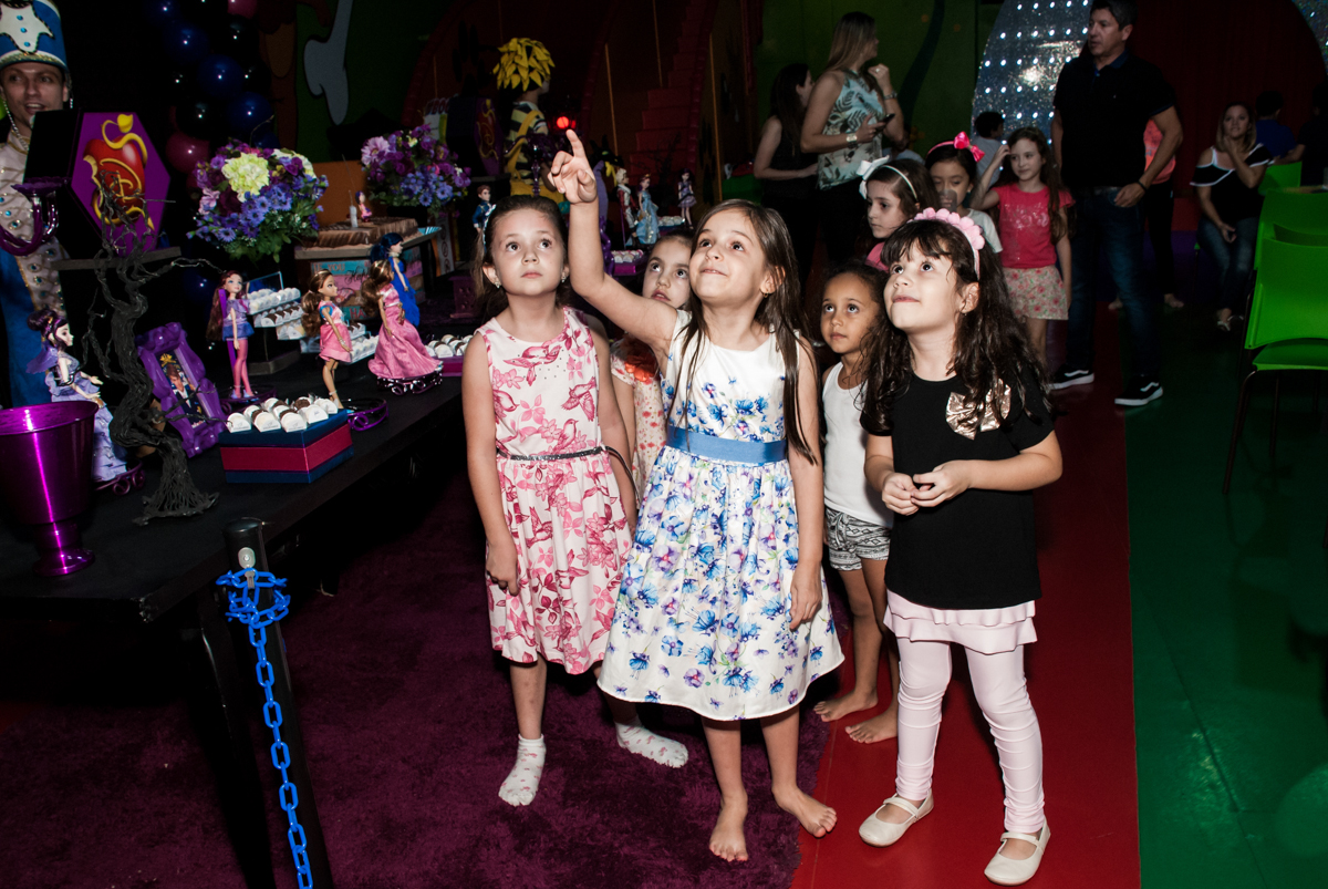 convidados observam a nave da xuxa no Buffet Casa X, Vila Leopoldina, aniversário de Sophia 7 anos, tema da festa Descendentes