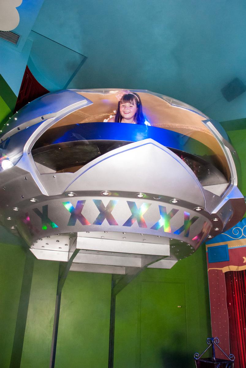aniversariante chega na nave da xuxa no Buffet Casa X, Vila Leopoldina, aniversário de Sophia 7 anos, tema da festa Descendentes