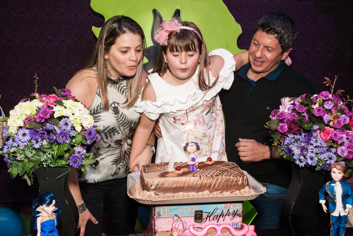 soprando a vela do bolo no Buffet Casa X, Vila Leopoldina, aniversário de Sophia 7 anos, tema da festa Descendentes