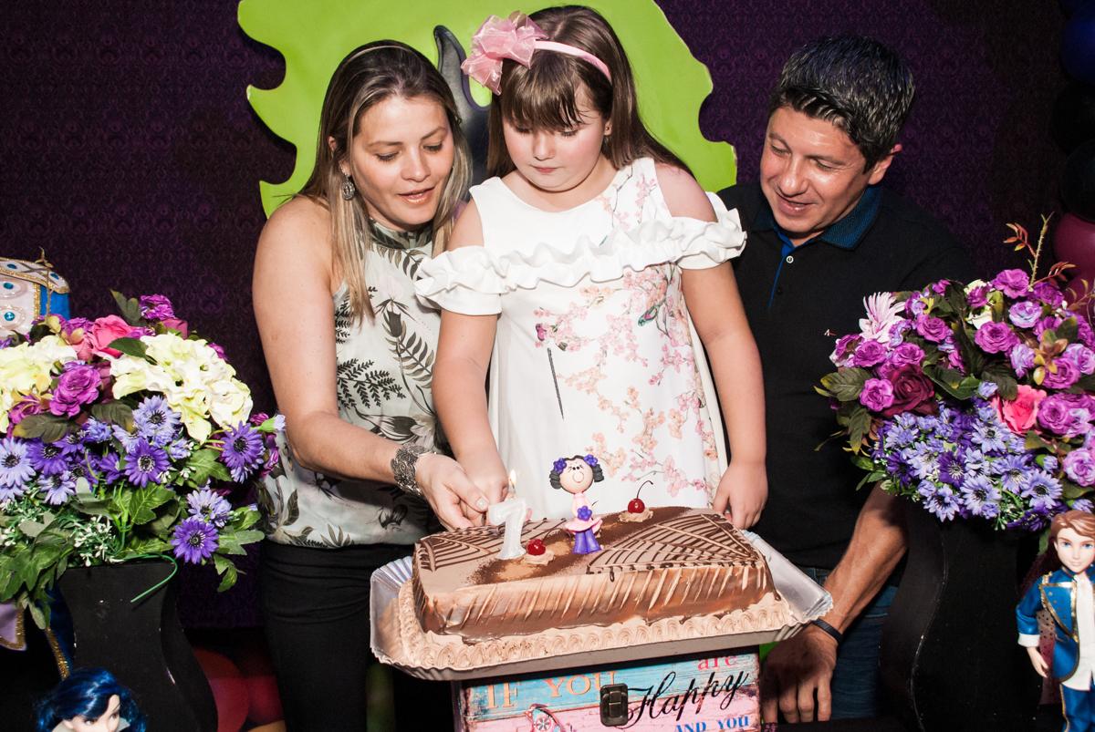 cortando o primeiro pedaço de bolo no Buffet Casa X, Vila Leopoldina, aniversário de Sophia 7 anos, tema da festa Descendentes