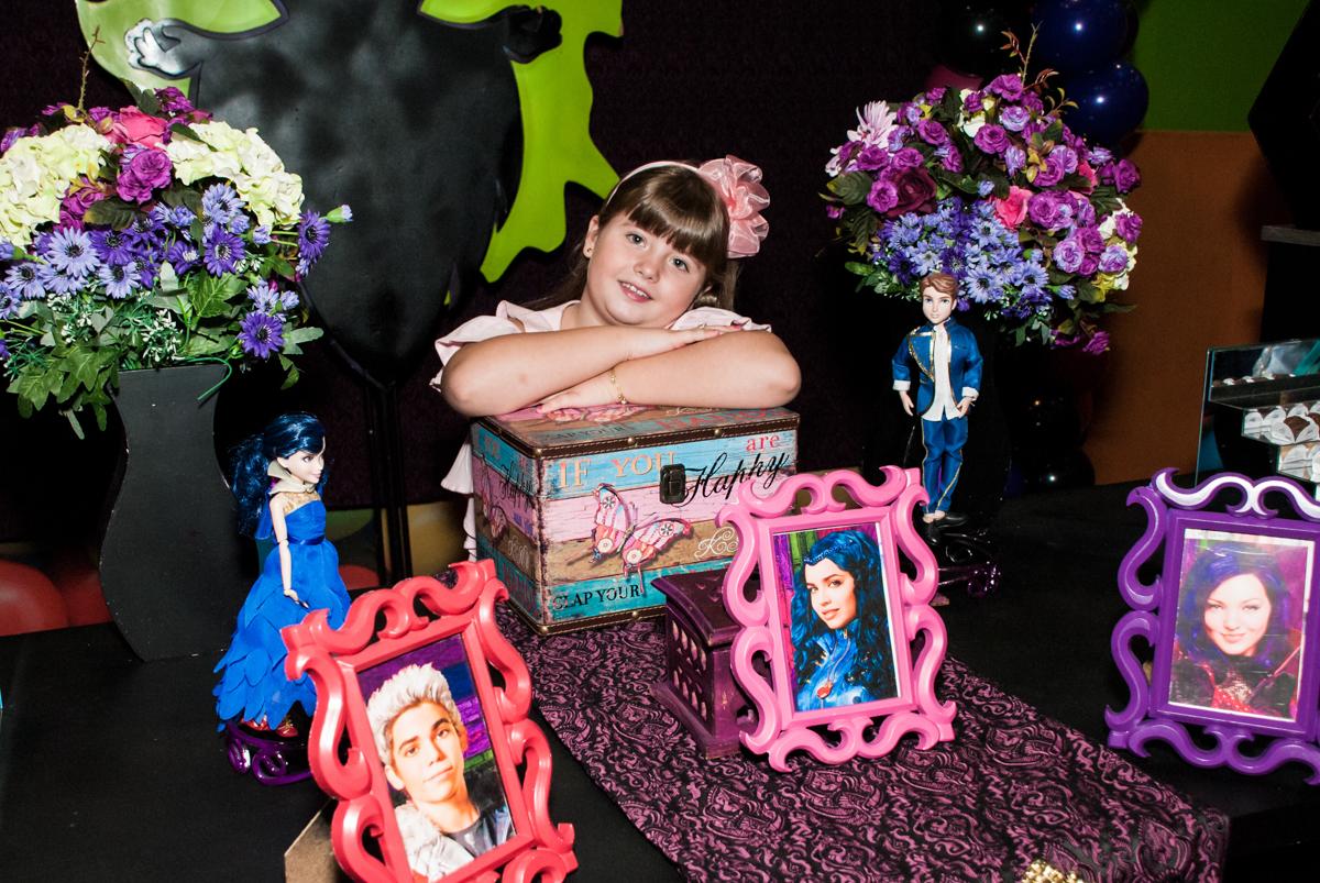 aniversariante posa para a foto no Buffet Casa X, Vila Leopoldina, aniversário de Sophia 7 anos, tema da festa Descendentes