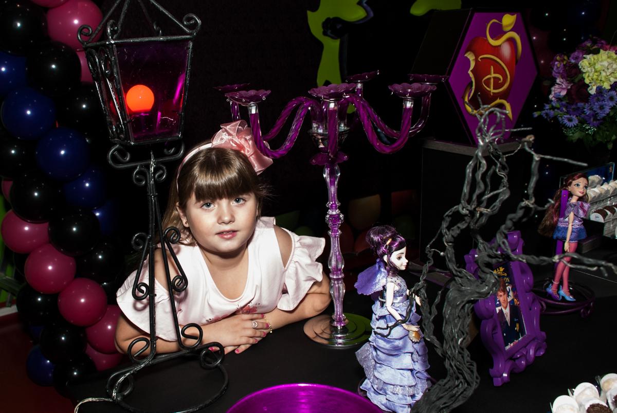 fazendo fotos na mesa decorada no Buffet Casa X, Vila Leopoldina, aniversário de Sophia 7 anos, tema da festa Descendentes