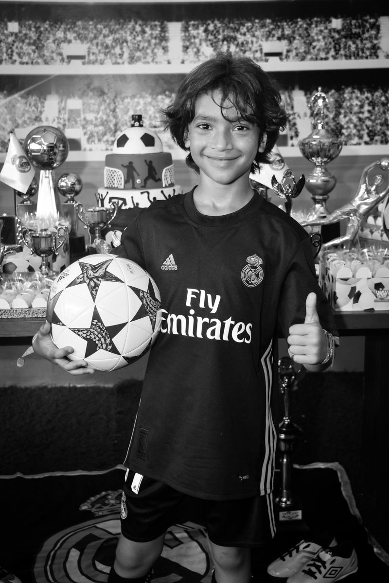 pose para a foto com a bola no buffet High Soccer aniversario de João Pedro 8 anos, tema da festa Real Madrid